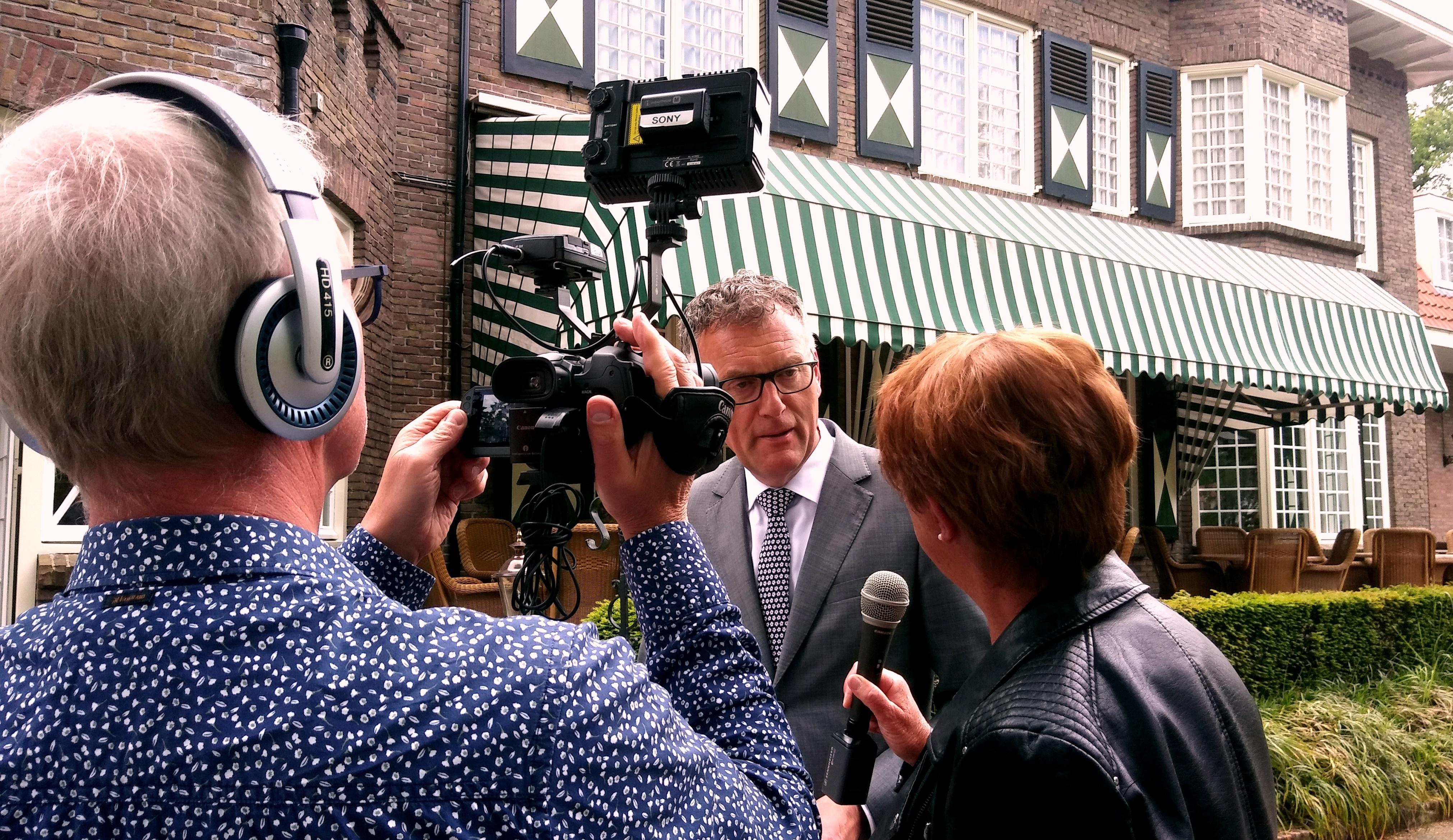 Burgemeester Hans Janssen nam het eerste boekje in ontvangst en downloadde de nieuwe app.